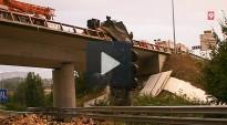 Un camió bolca a l'Eix, queda penjat al pont i la càrrega cau sobre la C-17