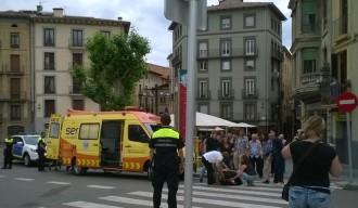 Un cotxe atropella un vianant a la plaça de l'Ajuntament de Ripoll