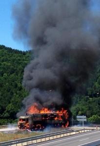 Un camió es crema al costat de l'àrea de servei de Gurb
