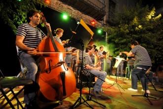 Havaneres i sardanes omplen la plaça major de Centelles