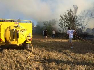 Un incendi crema bales de palla en una zona de sotabosc a Freixinet al Solsonès