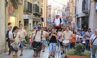 Els gegants i els caparruts donen el tret de sortida de les festes del carrer de Gurb de Vic