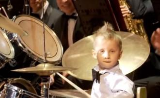 El nen de 3 anys que toca la bateria en una orquestra simfònica