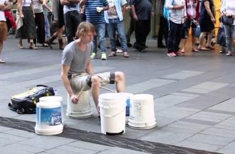 Un adolescent crea música amb uns quants pots i baquetes [VIRAL]
