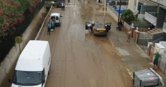 La intensa pluja provoca la caiguda de dos murs i arrossega dos vehicles
