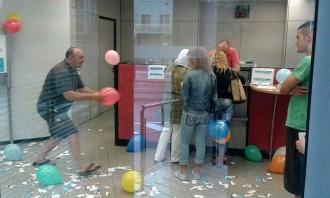 Continuen les protestes de la PAH contra el BBVA a Manlleu