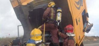 Crema la cabina d'un camió de mercaderies perilloses a l'A-7