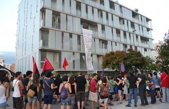 La manifestació per l'habitatge a Manresa ocupa un bloc de pisos