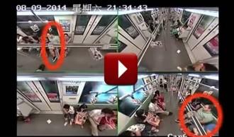 Així reaccionen els passatgers del metro quan un home es desmaia a Xangai