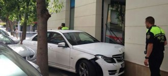 Un cotxe s'encasta contra un banc al centre del Vendrell