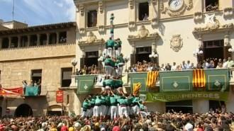 Els Castellers de Vilafranca carreguen el 3 de 10 amb folre i manilles