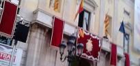 Es cola una estelada al balcó de l'Ajuntament de Tarragona