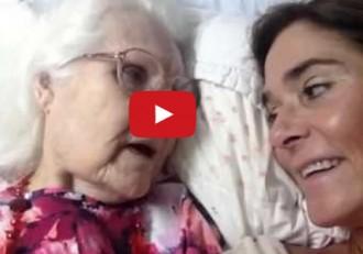 Intenta fer-li recordar a la seva mare, amb alzheimer, que ella és la seva filla [VÍDEO]