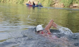 La nedadora espluguina Erika Soriano, finisher a la Ultra Ebre Swim Marathon