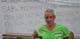 Un home porta 4 dies en vaga de fam davant dels jutjats per veure el seu fill
