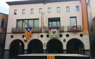 L'estelada «tarda» en aparèixer a la façana de l'Ajuntament santjoaní
