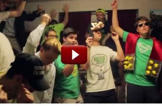 Uns nois es curren un lipdub de 'Shake it off' que sorprèn a Taylor Swift