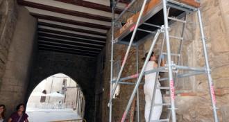 Els relleus de pedra i el plafó de ceràmica del portal del Romeu de Tortosa, en restauració