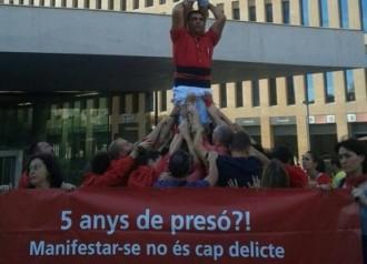 Els Castellers de Barcelona fan un pilar a les portes del judici de Sergi Rubia