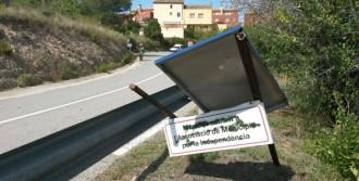 Destrossen el cartell de Municipi per la Independència a Ullastrell