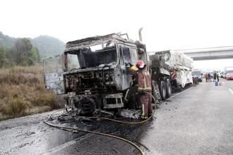 Crema la tractora d'un camió a l'A-2 sense causar ferits