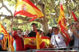 Espanyolistes i independentistes, de costat al Parlament
