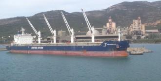 La cimentera d'Alcanar rep el primer vaixell de 40.000 tones