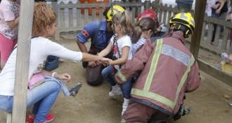 Els Bombers rescaten dues nenes travades en un gronxador