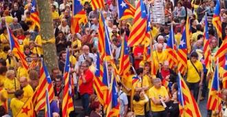 Centenars de vendrellencs tenyeixen de groc la plaça Vella i es fan sentir