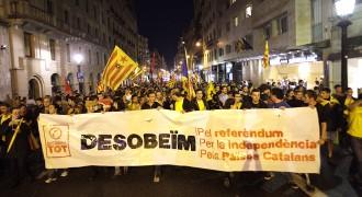 Vés a: Una manifestació puja cap a la delegació del govern espanyol
