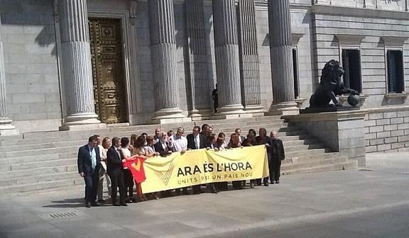 Teresa Jordà, en un acte de suport a la V a davant del Congrés espanyol