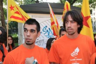 Multen amb 900 euros els dos joves que van cremar una foto del rei el 2013