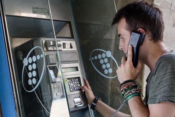 Las cabinas telefónicas están a un paso de desaparecer. 576_1438777415_Cabina_telefonica_Vic_foto_Adria_Costa_2015-004